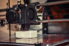 τρισδιάστατος εκτυπωτής που τυπώνει τη μαύρη επίπεδη κινηματογράφηση σε πρώτο πλάνο μορφών Στοκ Φωτογραφίες