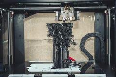 τρισδιάστατος εκτυπωτής που τυπώνει τη μαύρη κινηματογράφηση σε πρώτο πλάνο μορφών Στοκ Φωτογραφία
