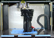 τρισδιάστατος εκτυπωτής που τυπώνει τη μαύρη κινηματογράφηση σε πρώτο πλάνο μορφών Στοκ φωτογραφία με δικαίωμα ελεύθερης χρήσης