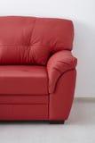 τρισδιάστατος κόκκινος καναπές δέρματος εικόνας εσωτερικός Στοκ Φωτογραφία