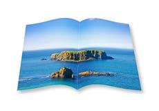 τρισδιάστατος δώστε ενός ανοιγμένου βιβλίου φωτογραφιών με ένα μικρό δύσκολο νησί στο τ Στοκ φωτογραφίες με δικαίωμα ελεύθερης χρήσης
