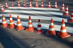 τρισδιάστατο ανασκόπησης λευκό κυκλοφορίας κώνων απομονωμένο εικόνα Στοκ Εικόνες