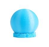 τρισδιάστατο τυπωμένο πρότυπο της σφαίρας από την μπλε ίνα εκτυπωτών με τους τεχνικούς υποστηρικτές Απομονωμένος στο λευκό στοκ εικόνα