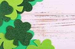 τριφύλλι Φύλλα τριφυλλιού στο ξύλινο υπόβαθρο ημέρα Πάτρικ s ST Στοκ Εικόνες