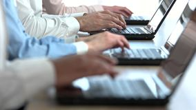 Τριχωτά αρσενικά χέρια που δακτυλογραφούν το τηλεφωνικό κέντρο απόθεμα βίντεο