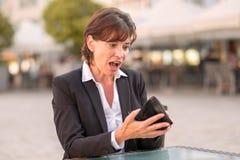 Τρομαγμένη γυναίκα ανίκανη να πληρώσει το λογαριασμό της Στοκ Εικόνα