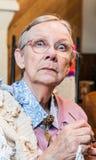 Τρομαγμένη ηλικιωμένη γυναίκα με το τσιγγελάκι Στοκ Εικόνες