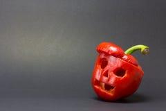 Τρομακτικά πρόσωπα που χαράζονται στα πιπέρια κουδουνιών σε ένα σκοτεινό υπόβαθρο για την αίθουσα Στοκ Φωτογραφίες