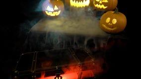 Τρομακτικές αστείεσες μεγάλες πορτοκαλιές κολοκύθες αποκριών στην πυρκαγιά, ομίχλη, σκοτάδι, υδρονέφωση, σούρουπο Η κολοκύθα αναδ απόθεμα βίντεο