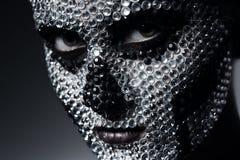 Τρομακτική γυναίκα με το πρόσωπο κρανίων των rhinestones Στοκ εικόνες με δικαίωμα ελεύθερης χρήσης