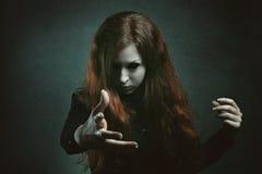 Τρομακτική μάγισσα με τα μάτια δαιμόνων Στοκ φωτογραφίες με δικαίωμα ελεύθερης χρήσης
