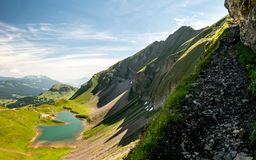 τρομακτική πορεία πεζοπορίας με την όμορφη άποψη τοπίου πέρα από τα ελβετικές όρη και τη λίμνη βουνών στοκ φωτογραφία με δικαίωμα ελεύθερης χρήσης