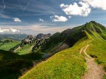 τρομακτική πορεία πεζοπορίας με την όμορφη άποψη τοπίου πέρα από τα ελβετικές όρη και τη λίμνη βουνών στοκ εικόνες