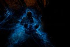 Τρομακτικός χαρακτήρας σε ένα σκοτεινό δέντρο στοκ εικόνα
