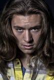Τρομακτικό άτομο με τα μακρυμάλλη και κακά μάτια Στοκ Φωτογραφίες