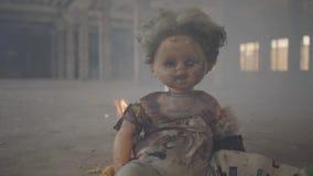Τρομακτικό κάψιμο κουκλών στο πάτωμα σε ένα εγκαταλειμμένο καπνώές κτήριο Έννοια της πυρκαγιάς, εύφλεκτο, μη συμμόρφωση με φιλμ μικρού μήκους