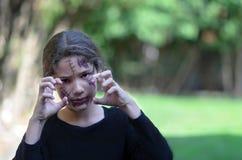 Τρομακτικό μικρό κορίτσι έτοιμο για αποκριές στοκ εικόνες