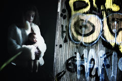 Τρομακτικό νέο θηλυκό με την κούκλα Στοκ Εικόνα
