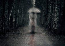 Τρομακτικό φάντασμα γυναικών με το μαχαίρι Στοκ εικόνα με δικαίωμα ελεύθερης χρήσης