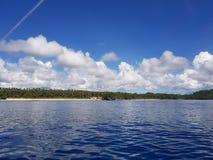 Τρομερή άποψη από τη βαθιά μπλε θάλασσα με τους φίλους στοκ εικόνα με δικαίωμα ελεύθερης χρήσης