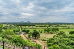Τρομερή άποψη κήπων από την κορυφή λόφοι με τη θέα βουνού με το μπλε ουρανό και το όμορφο σύννεφο στοκ εικόνες με δικαίωμα ελεύθερης χρήσης