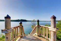 Τρομερή άποψη νερού από την ξύλινη σκάλα με τα κιγκλιδώματα Στοκ φωτογραφία με δικαίωμα ελεύθερης χρήσης