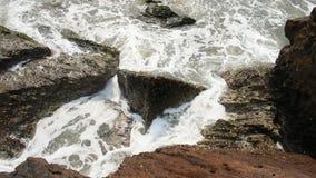 Τρομερή άποψη της πτώσης παλίρροιας ανοικτών θαλασσών απόθεμα βίντεο