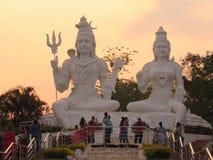 Τρομερή άποψη του shiva Λόρδου με το parvati στο βράδυ στο ινδικό πάρκο στοκ φωτογραφίες