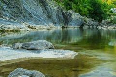 Τρομερή φυσική άποψη - το ήρεμο νερό του ποταμού στο βουνό Στοκ Φωτογραφία