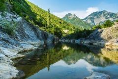 Τρομερή φυσική άποψη - το ήρεμο νερό του ποταμού στο βουνό Στοκ εικόνες με δικαίωμα ελεύθερης χρήσης