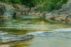 Τρομερή φυσική άποψη - το ήρεμο νερό του ποταμού στο βουνό Στοκ Εικόνες