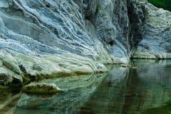 Τρομερή φυσική άποψη - το ήρεμο νερό του ποταμού στο βουνό Στοκ Φωτογραφίες