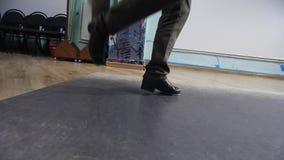 Τρομερός χορός βημάτων Βρύση Κατάρτιση τριών νέων κοριτσιών στην αίθουσα φιλμ μικρού μήκους