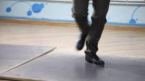 Τρομερός χορός βημάτων Βρύση Κατάρτιση τριών νέων κοριτσιών στην αίθουσα απόθεμα βίντεο
