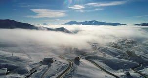 Τρομερό εναέριο βίντεο του τυλίγματος του δρόμου βουνών ` s Ο κηφήνας πηγαίνει κάτω στα σύννεφα απόθεμα βίντεο