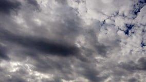 Τρομερό νεφελώδες χρονικό σφάλμα ουρανού με τα σύννεφα σωρειτών και τα όμορφα ελαφριά αποτελέσματα απόθεμα βίντεο