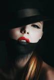 Τρομερό ξανθό κορίτσι στο Μαύρο Στοκ Εικόνα