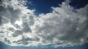 Τρομερό χρονικό σφάλμα με τα μεγαλοπρεπή σύννεφα και τα ελαφριά αποτελέσματα απόθεμα βίντεο