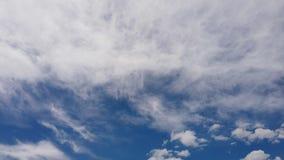 Τρομερό χρονικό σφάλμα των άσπρων χνουδωτών σχηματισμών σύννεφων σε έναν θερινό όμορφο μπλε ουρανό με τα ελαφριά αποτελέσματα και απόθεμα βίντεο