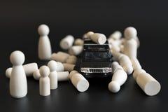 Τρομοκρατία αυτοκινήτων έννοιας Το αυτοκίνητο χτυπά κάτω τους πεζούς Ξύλινοι αριθμοί των ανθρώπων και της μηχανής σε ένα μαύρο υπ στοκ εικόνες με δικαίωμα ελεύθερης χρήσης