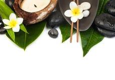 Τροπικά αντικείμενα SPA με το κερί και τα άσπρα λουλούδια στοκ εικόνα με δικαίωμα ελεύθερης χρήσης
