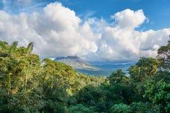 Τροπικά δάση με το ηφαίστειο Arenal στο εθνικό πάρκο στη Κόστα Ρίκα Στοκ Εικόνα