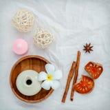 Τροπικά λουλούδια Frangipani με τα βοτανικά προϊόντα SPA Plumeria Στοκ Φωτογραφίες