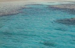 Τροπικά σαφή μπλε νερό και κοράλλια Στοκ φωτογραφία με δικαίωμα ελεύθερης χρήσης