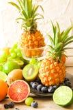 τροπικά φρούτα, ανανάς, ακτινίδιο, κόκκινα πορτοκάλι και βακκίνια Στοκ Εικόνα