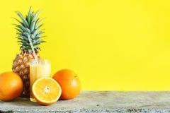 Τροπικά φρούτα αχύρου γυαλιού καταφερτζήδων χυμού χρώματος Στοκ φωτογραφία με δικαίωμα ελεύθερης χρήσης
