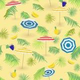 Τροπικά φρούτα, παραλία με τα φύλλα φοινικών και τις ομπρέλες παραλιών πρότυπο άνευ ραφής ελεύθερη απεικόνιση δικαιώματος