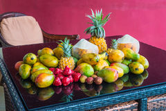 Τροπικά φρούτα στον πίνακα με την αντανάκλαση Στοκ Εικόνες