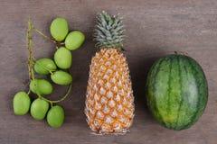 Τροπικά φρούτα της Νίκαιας στον ξύλινο πίνακα στοκ φωτογραφίες