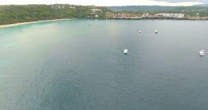 Τροπικά όμορφα νησιά παραδείσου Τοπ όψη Εναέριο βίντεο άποψης κηφήνων στα κύματα θάλασσας και τους βράχους, τυρκουάζ νερό πυροβολ απόθεμα βίντεο